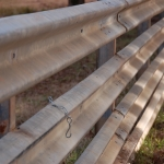 Here's a 4-rows high fence, which is better for keeping in calves – see how the latch chain works on the guardrail panel.